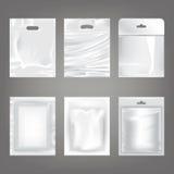 Satz Vektorillustrationen von weißen leeren Plastiktaschen, verpackend Stockbilder