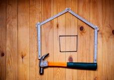 Satz verschiedene Arbeitswerkzeuge sind in der Form des Hauses Lizenzfreie Stockfotografie