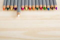 Satz verschiedene farbige Bleistifte auf hölzernem Schreibtisch Stockfotos