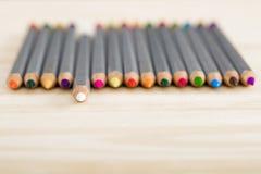 Satz verschiedene farbige Bleistifte auf hölzernem Schreibtisch Lizenzfreies Stockfoto