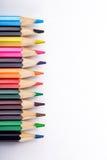 Satz verschiedene farbige Bleistifte auf weißem Hintergrund Stockbilder
