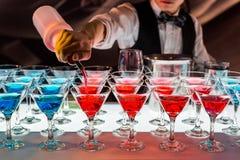 Satz verschiedene Getränke und Flaschen lokalisiert auf weißem Hintergrund Stockfotografie