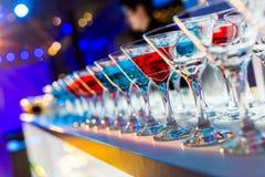 Satz verschiedene Getränke und Flaschen lokalisiert auf weißem Hintergrund Lizenzfreie Stockbilder