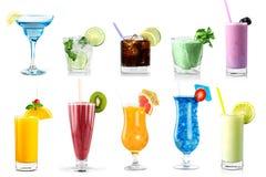 Satz verschiedene Getränke und Flaschen lokalisiert auf weißem Hintergrund lizenzfreies stockbild