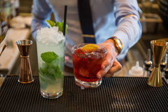 Satz verschiedene Getränke und Flaschen lokalisiert auf weißem Hintergrund stockfotos
