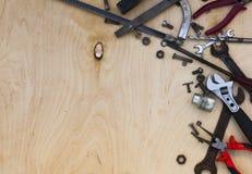 Satz verschiedene Werkzeuge auf hölzernem stockfoto