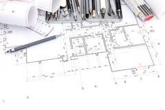 Satz verschiedene Ziehwerkzeuge auf Papier mit grafischem Plan und Querstation Stockfotos