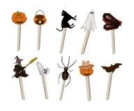 Satz verschiedenen Halloween-Einzelteils auf hölzernen Stöcken Lizenzfreies Stockbild