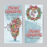 Satz vertikale Fahnen mit dem Bild von Weihnachtsgeschenken, Girlanden von Lichtern und von Weihnachtskränzen mit Spielwaren Stockbild
