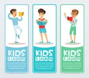 Satz vertikale Fahnen mit Jugendlichlesebüchern laut Lernende und studierende Jungen Genießen der Literatur flach lizenzfreie abbildung