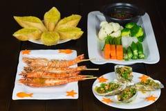 Satz vietnamesisches Lebensmittel mit gegrillten Tigergarnelen, Grill geoduck mit Zwiebel und Fett, Butterbrotdias und gekochtes  lizenzfreie stockfotos