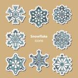Satz von acht stilisierten Schneeflockenikonen Auch im corel abgehobenen Betrag stock abbildung