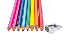 Satz von alten benutzten gebrochenen Farbbleistiften und von Metallbleistiftspitzer Lizenzfreies Stockbild