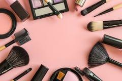Satz von bilden Bürsten und Kosmetik auf rosa Hintergrund stockfoto