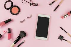 Satz von bilden Bürsten und Kosmetik mit intelligentem Telefon stockfotografie