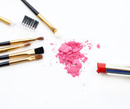 Satz von bilden Kosmetik, Bürste, rosa Pulver, Lippenstift auf weißem Hintergrund Lizenzfreie Stockfotos