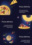 Satz von drei Fliegern mit Pizza und Bestandteilen auf einem dunkelblauen Hintergrund Stockfotos