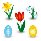 Satz von drei Frühlingsblumen und von zwei Ostereiern mit Muster - rote Tulpe, gelbe Narzisse und weißes Schneeglöckchen Lizenzfreies Stockfoto
