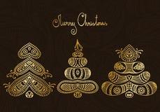 Satz von drei Hand gezeichneten Goldweihnachtsbäumen auf Schokoladenpaisley-BAC lizenzfreie abbildung