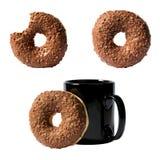 Satz von drei Zusammensetzungen Schokoladendonut und Kaffeetasse lokalisiert auf weißem Hintergrund Lizenzfreies Stockbild