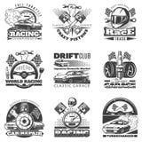 Satz von einfarbigen Emblemen des Autorennenschwarzen, von Aufklebern, von Logos und von Meisterschaftsrennen wird mit Beschreibu lizenzfreie stockbilder