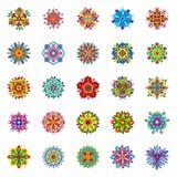 Satz von fünfundzwanzig lokalisierte die symmetrischen mehrfarbigen Blumen, die aus geometrischen Elementen bestehen Stockfoto