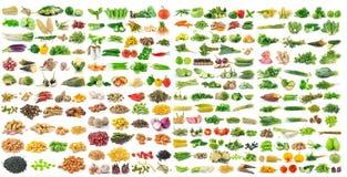 Satz von Körnern und von Gemüse auf weißem Hintergrund