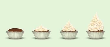 Satz von 4 kleinen Kuchen mit einer anderen Menge Creme Lizenzfreies Stockfoto
