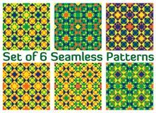 Satz von 6 modernen geometrischen nahtlosen Mustern mit Dreiecken und Quadraten von grünen, blauen, orange und gelben Schatten Lizenzfreie Stockfotos