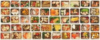 Satz von nehmen Lebensmittelkästen am weißen Hintergrund weg stockbild