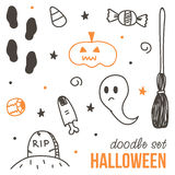 Satz von nettem schwarzem und orange Halloween kritzelt auf weißem Hintergrund Stockfotos