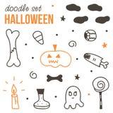 Satz von nettem schwarzem und orange Halloween kritzelt auf weißem Hintergrund Stockbild