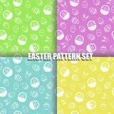 Satz von Ostern-Muster mit unterschiedlicher Farbe der weißen Illustration des Eikorbes und -häschens stockbild