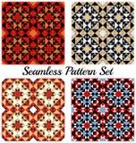 Satz von 4 schönen geometrischen Mustern mit Dreiecken und Quadraten von roten, orange, blauen, weißen, schwarzen und beige Schat Lizenzfreie Stockfotografie