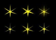 Satz von sechs glühenden Sternen auf einem schwarzen Hintergrund lokalisiert Lizenzfreie Stockbilder