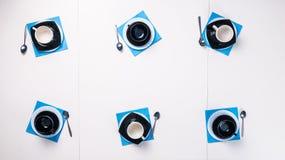 Satz von sechs Teetassen mit Untertassen und Teelöffeln Stockbilder