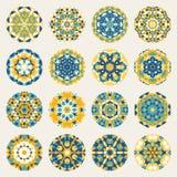 Satz von sechzehn runde blaue gelbe Mandala Kaleydoscope Geometric Ornaments Circles Stockfotografie