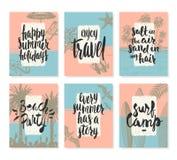 Satz von Sommerferien und von tropischem Ferienposter oder von Grußkarte Stockbilder