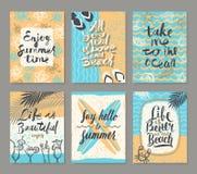 Satz von Sommerferien und von tropischem Ferienposter oder von Grußkarte Lizenzfreies Stockfoto