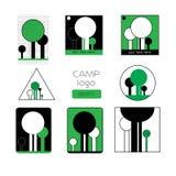 Satz von Sommerlagerausweisen und von anderem Logo im Freien Lizenzfreie Stockfotos