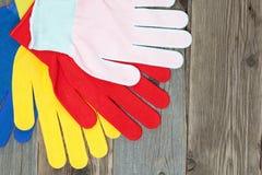 Satz von vier farbigen Bauhandschuhen Lizenzfreies Stockfoto
