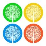 Satz von vier weißen Bäumen mit Blättern auf buntem rundem Hintergrund Lizenzfreies Stockfoto