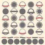 Satz von Weinleseausweisen, von Aufklebern und von Logoschablone Vektordesign e Stockbild