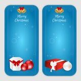 Satz von zwei vertikalen Fahnen mit Weihnachtsbällen, Geschenkboxen und goldenen Glocken Passend für Webdesign und Druck Lizenzfreies Stockfoto