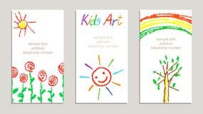 Satz Wachszeichenstift-Kind-` s gezeichnete bunte Karten mit Handzeichnung blüht, Regenbogen, Sonne, Baum, Buchstaben auf Weiß lizenzfreie abbildung