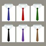 Satz weiße Hemden der modischen Männer mit Bindungen Stockfoto