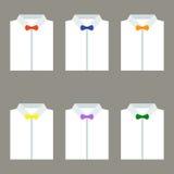 Satz weiße Hemden der modischen Männer mit Fliegen Lizenzfreie Stockfotos