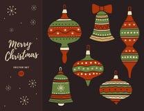Satz Weihnachtsdekorationsglocken und -bälle mit Bögen Stockfoto