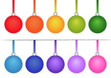 Satz Weihnachtskugeln auf weißem Hintergrund Stockfoto
