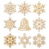 Satz Weihnachtsschneeflocken und Handglockenformdekoration machten Holz Lizenzfreies Stockfoto
